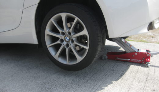 BMW Z4をローダウン対応ガレージジャッキでジャッキアップする方法(後輪編)
